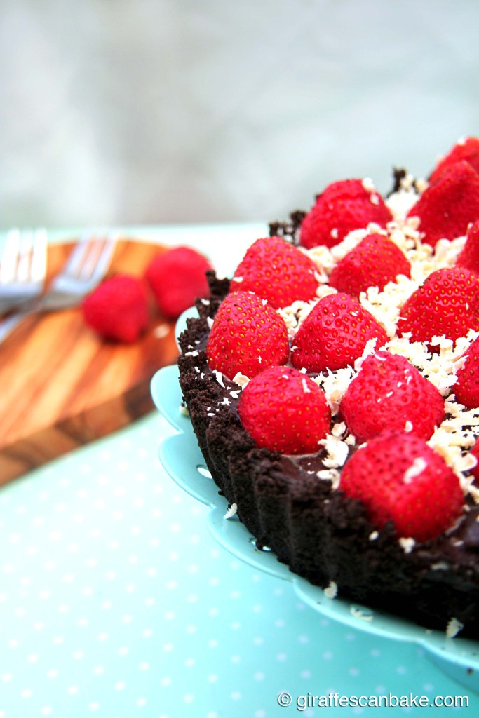 No Bake Strawberry and Chocolate Boozy Tart - decadent chocolate and boozy strawberry filling with fresh strawberries and an oreo crust. The perfect dessert to serve on a summer's day